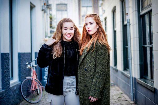 <strong>de zussen Antoinette (rechts) en Michelle de Jong, langebaanschaatsers</strong>